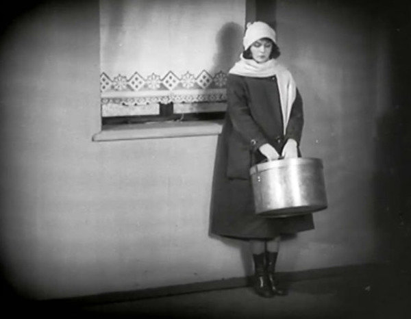 Display_the-girl-with-the-hatbox